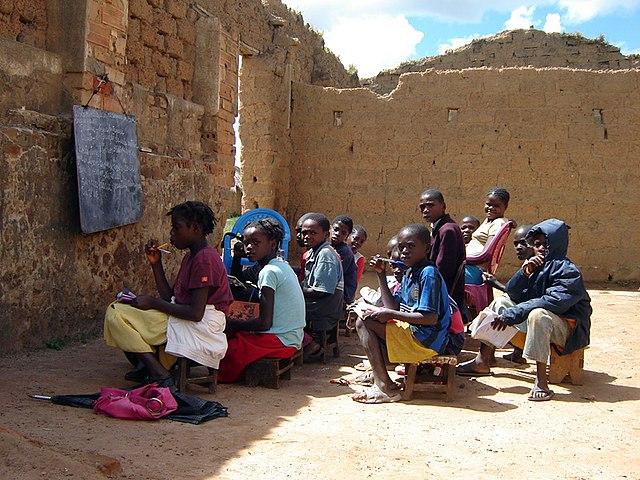 Niños en un salón de clases en Angola
